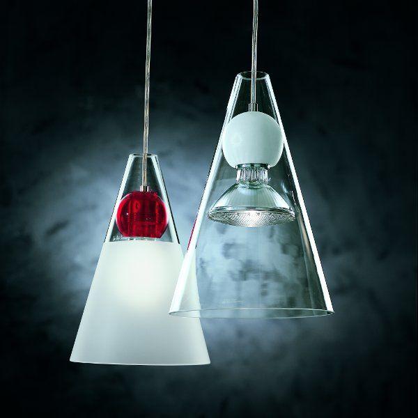 Ein satinierter Lampenschirm mit transparent roter Kugel, ein klarer Lampenschirm mit matt weißer Kugel