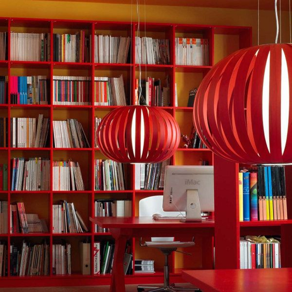 Poppy Hängeleuchte small in rot im Wohnraumbeispiel