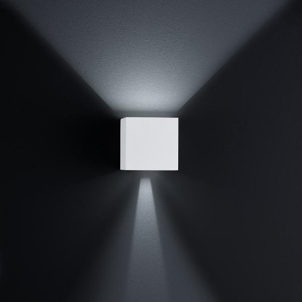 Siri Außenwandleuchte oben offen, unten halb geschlossen