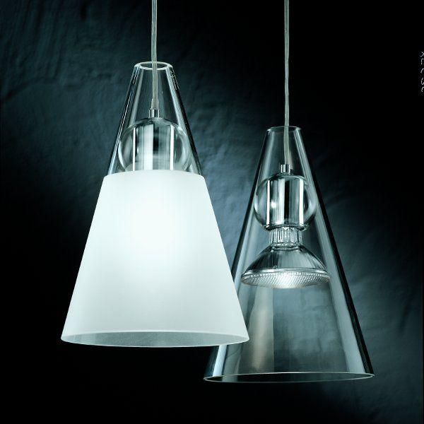 Ein kristall klarer und ein teilsatinierter Lampenschirm, jeweils mit Kugel in kristall